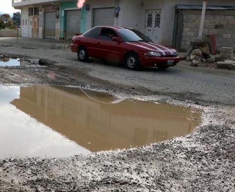 Vecinos de la zona también lanzan a la calle el agua sucia de sus tanque, situación que llena los huecos