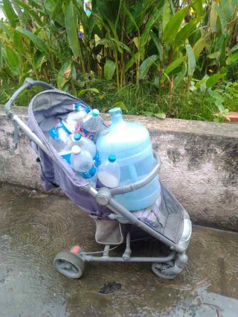 en los guaritos i no quieren seguir cargando agua en tobos 1