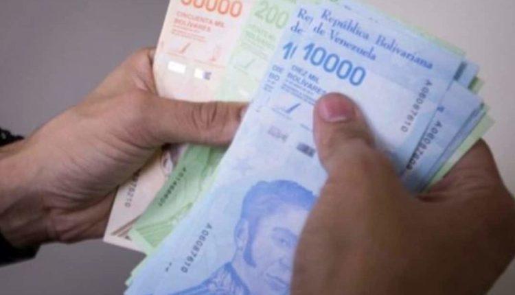 Sueldo mínimo venezolano sólo alcanza para comprar una harina, un arroz y una pasta