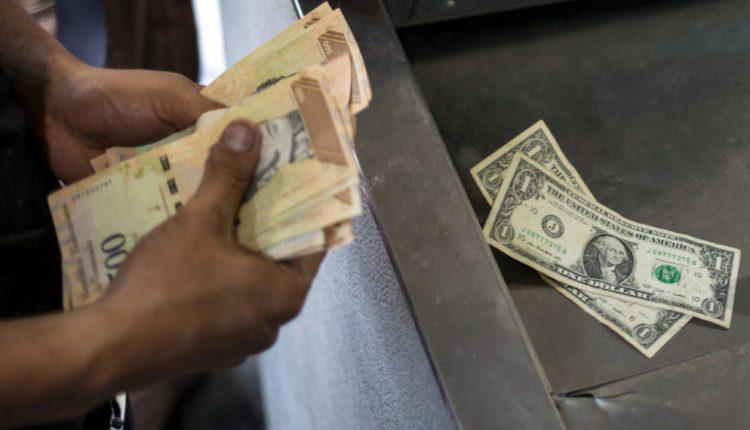 Para muchos maturineses el vender y comprar dólares y bolívares se ha convertido en una fuente de empleo