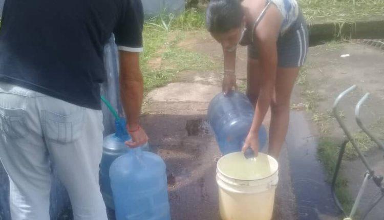 Vecinos deben ir hasta otras comunidades a buscar el agua.