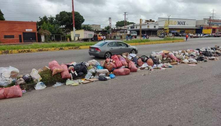 La basura se encuentra en la avenida Bella Vista en la entrada del sector Las Cayenas
