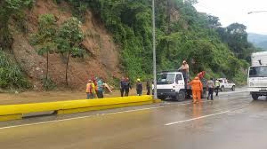 lluvias causan deslizamientos de rocas en autopista valencia puerto cabello laverdaddemonagas.com cac