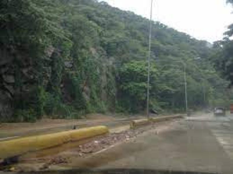 lluvias causan deslizamientos de rocas en en autopista valencia puerto cabello laverdaddemonagas.com puerto cabello