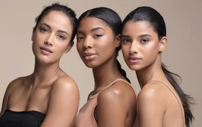 Colors that will highlight your outfit if you have brown skin. Photo: The Telegraph.