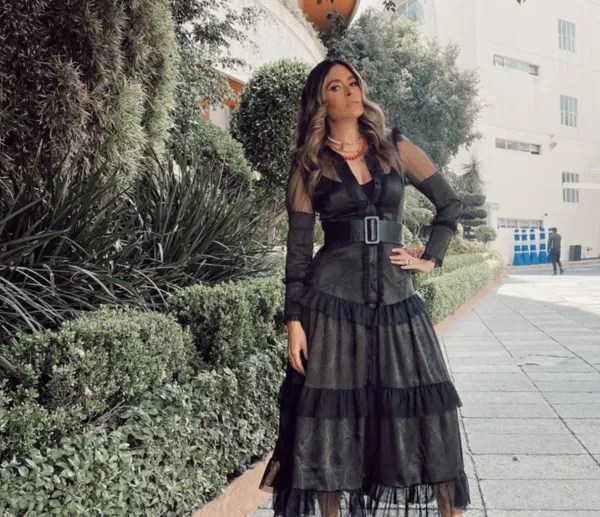 Galilea Montijo leaves the legs uncovered with fitted leather skirt