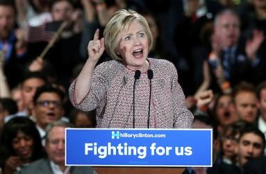 """JLX12. NUEVA YORK (NY, EE.UU.), 19/04/2016.- La precandidata presidencial demócrata Hillary Clinton pronuncia un discurso hoy, martes 19 de abril de 2016, durante la celebración por su victoria en las primarias de Nueva York (EE.UU.). Clinton hizo hoy un llamamiento a la unidad de su partido y afirmó que tras la victoria alcanzada este martes en los comicios internos de Nueva York la carrera a la Casa Blanca entra a """"la recta final"""". EFE/Justin Lane"""