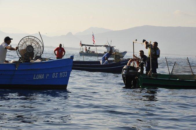 """Sardegna: I pescatori occupano il mare con le barche, """"Basta esercitazioni militari"""""""