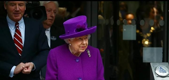 Staff man di Buckingham Palace risultato positivo al COVID-19 mentre la Regina era ancora lì