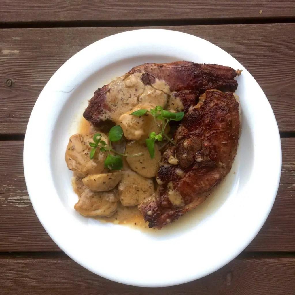 Lammekoteletter med poteter i gluten- og laktosefri fløtesaus