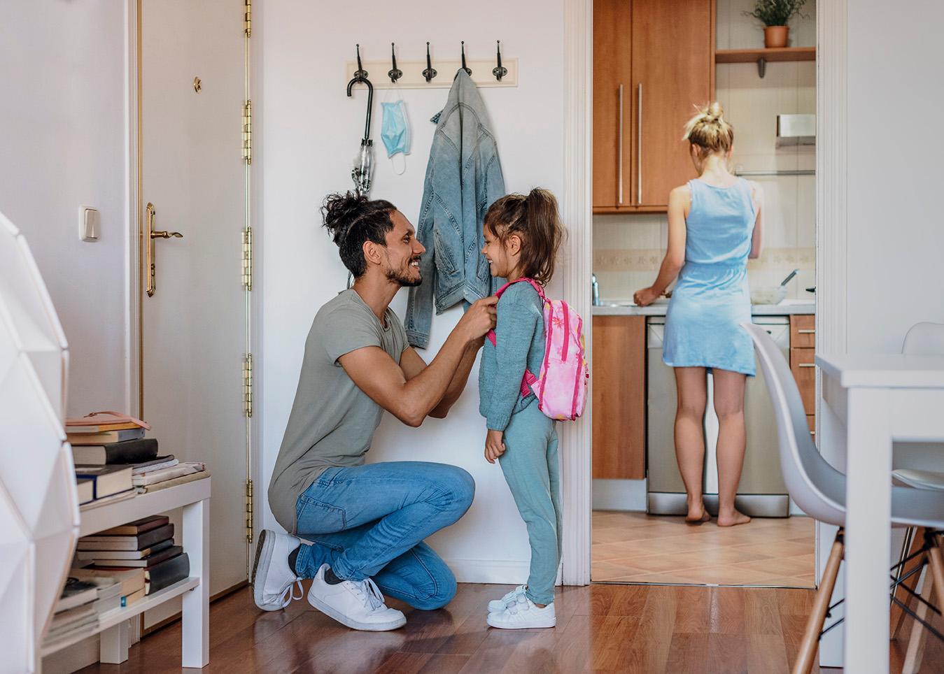 Padre e hija preparándose para el cole