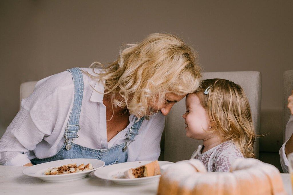 Madre e hija cenando