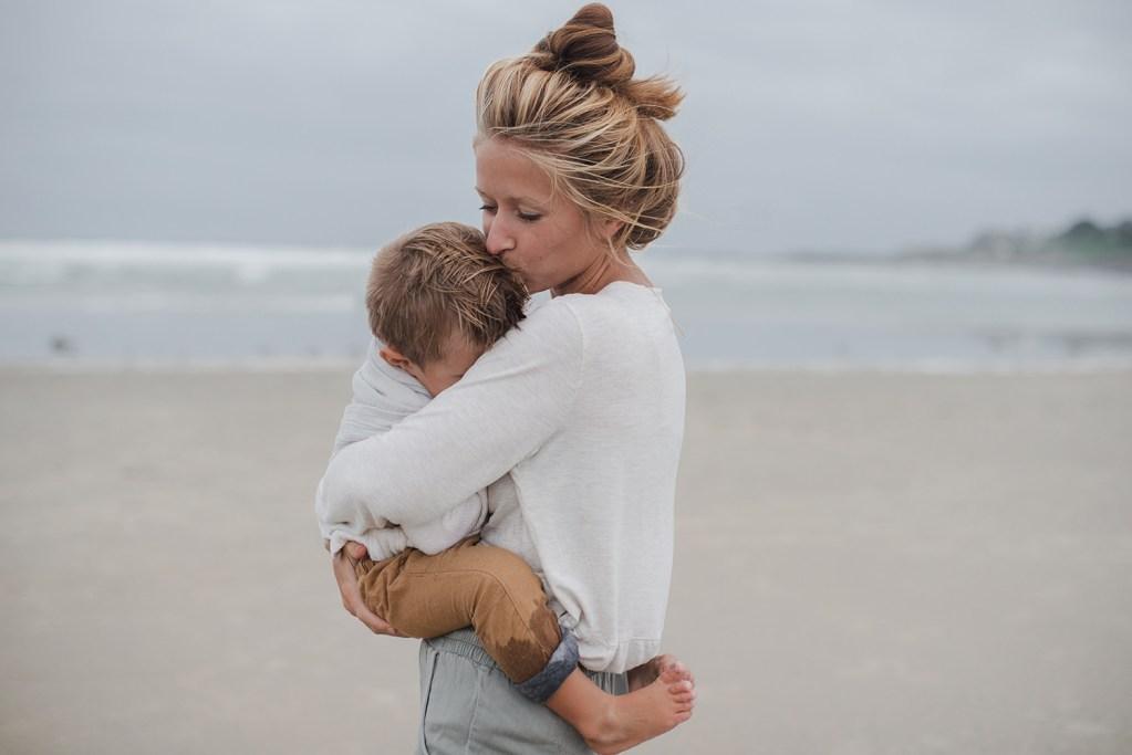 Madre consolando a su hijo