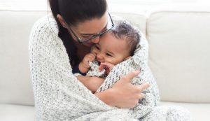 Mamá y bebé abrigados