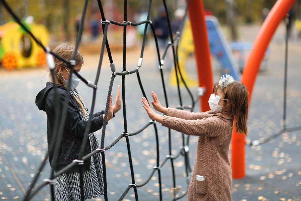 Niñas Distanciadas en el Parque