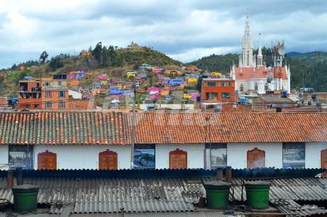 La Plaza Ricuarte con la Básilica Menor y el Cerro de Santa Bárbara de fondo. La Villa.