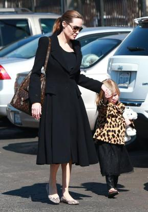 angelina-jolie-and-her-daughter-vivienne-anim-L-zhLoMu