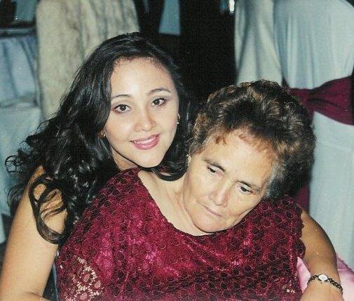 Luisa Flores, la autora de la receta, con su mamá.