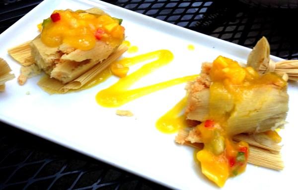 Tamales con queso de cabra, chipotle y salsa de mango como solo en New Rebozo.