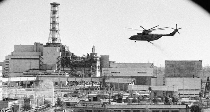 Вертолет над Чернобыльской АЭС засыпает место аварии веществами для тушения горящего графита
