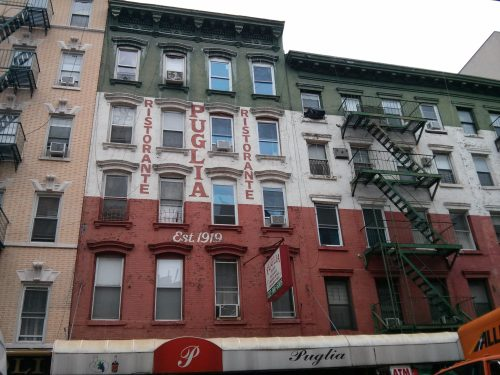 Palazzo tricolore a Little Italy, New York.