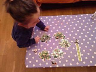 mesa con los arbolitos