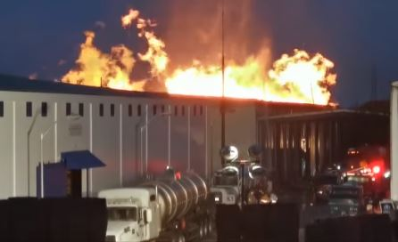 Resultado de imagen para Bomberos amanecieron luchando con fuego en depósito de Brugal
