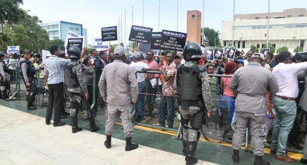 Miembros del Comité de la Defensa de la Constitución  protestan en Congreso Nacional contra reforma Constitución