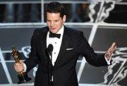 Graham Moore recoge su Oscar al Mejor Guión Adaptado por 'The Imitation Game'