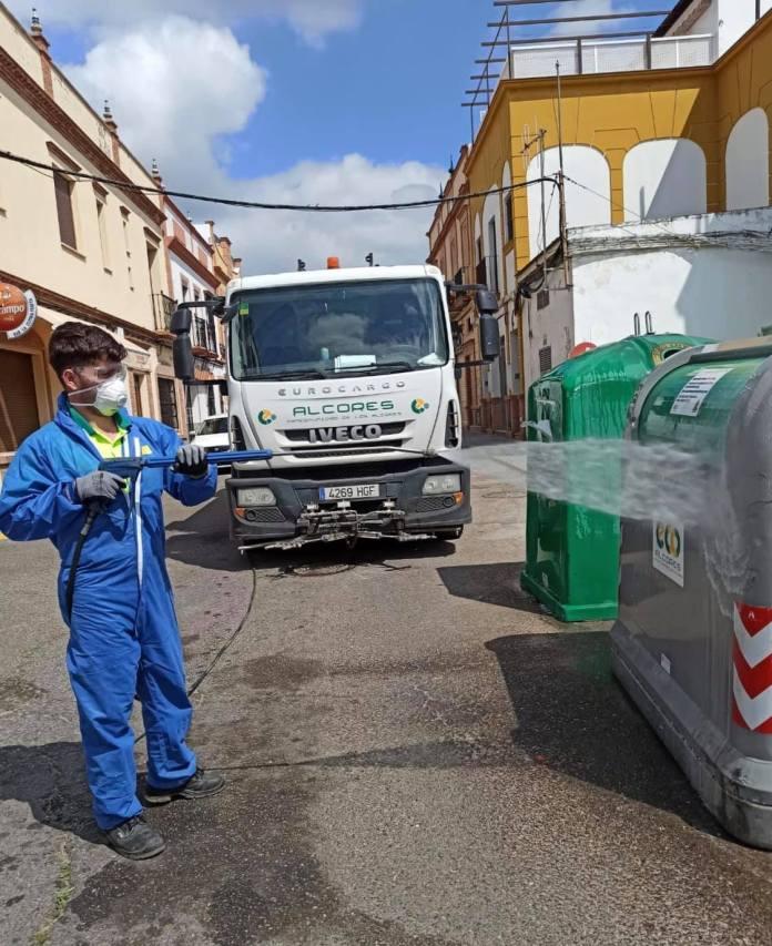 Los agricultores y operarios de la mancomunidad continúan desinfectando las calles de Mairena 1