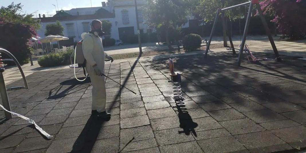 Carmona desinfecta parques infantiles reapertura