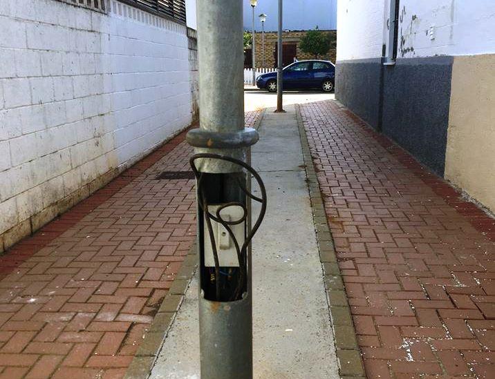 Pillado por la policía mientras robaba cables de farolas
