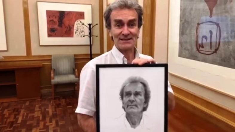 Fernando Simón recibe un retrato elaborado por el visueño Pepe García