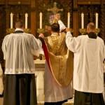 ¿Pueden servir las mujeres en el altar?