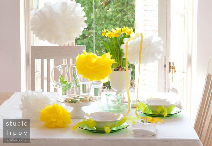 Wielkanocny stół w słonecznych kolorach