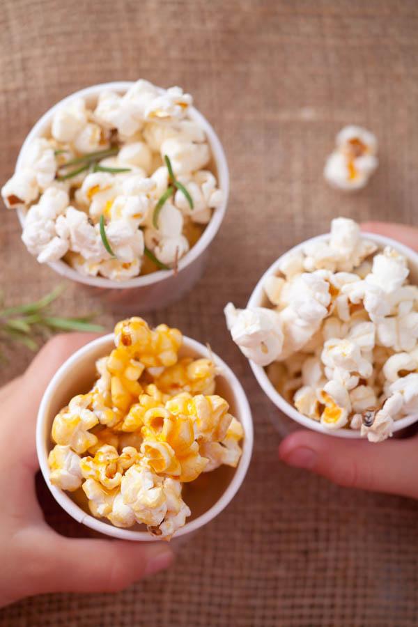 Domowy popcorn w trzech smakach.