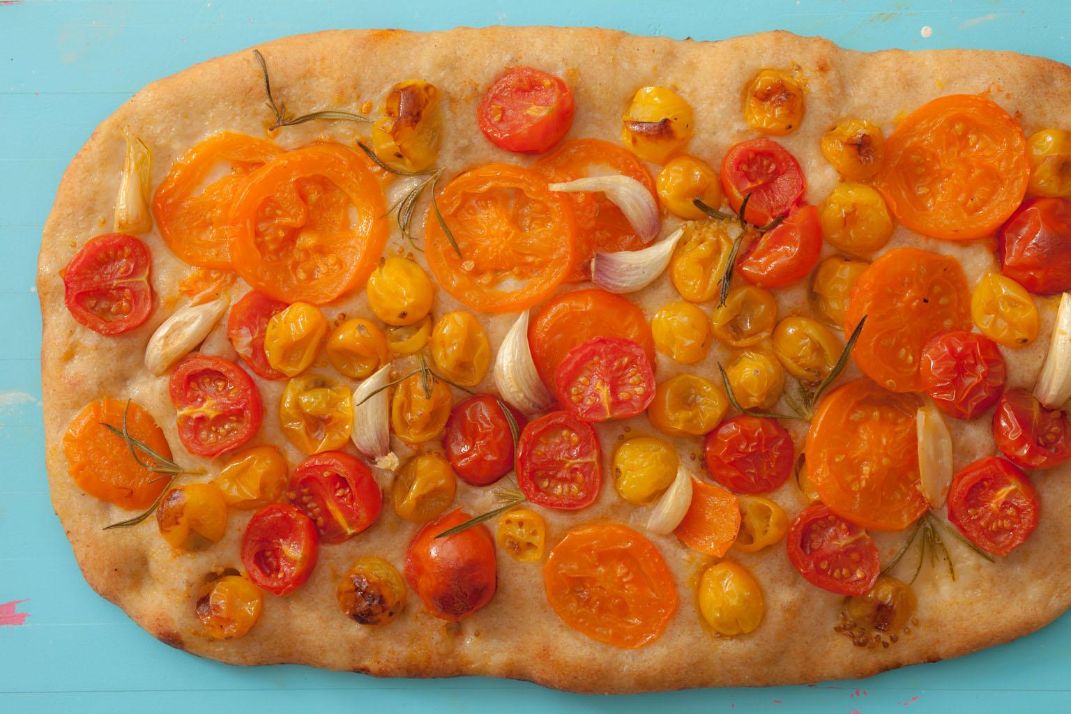 Focaccia z pomidorami i rozmarynem.