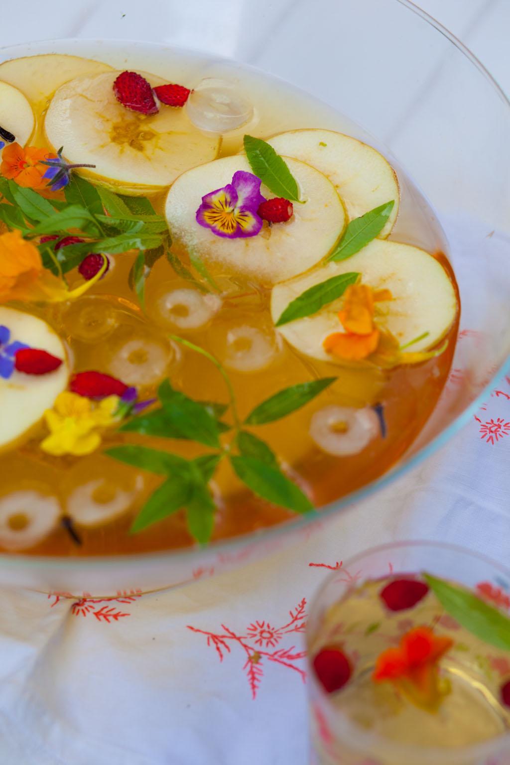 Mrożona herbata z kwiatami i werbeną