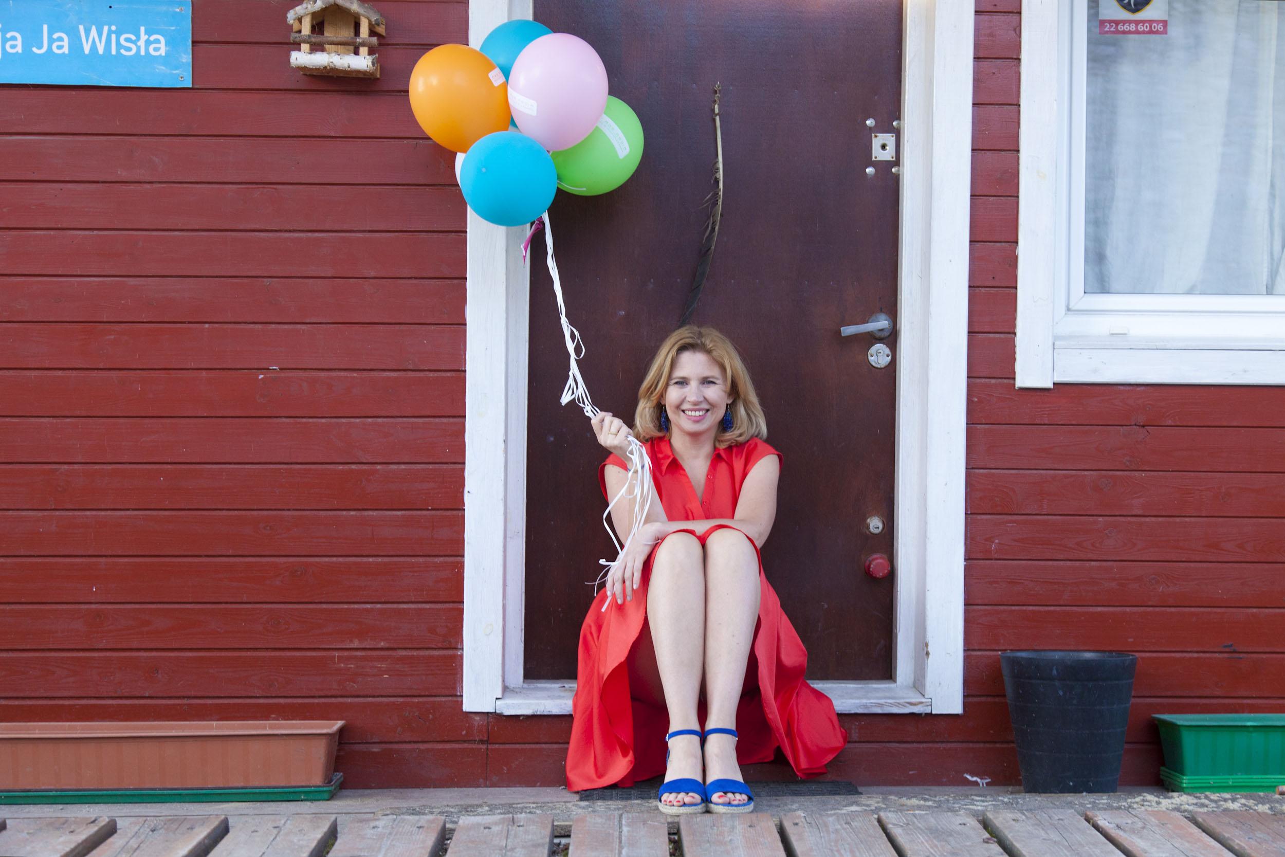 Stylizacja z czerwoną sukienką – z czym ją łączyć?