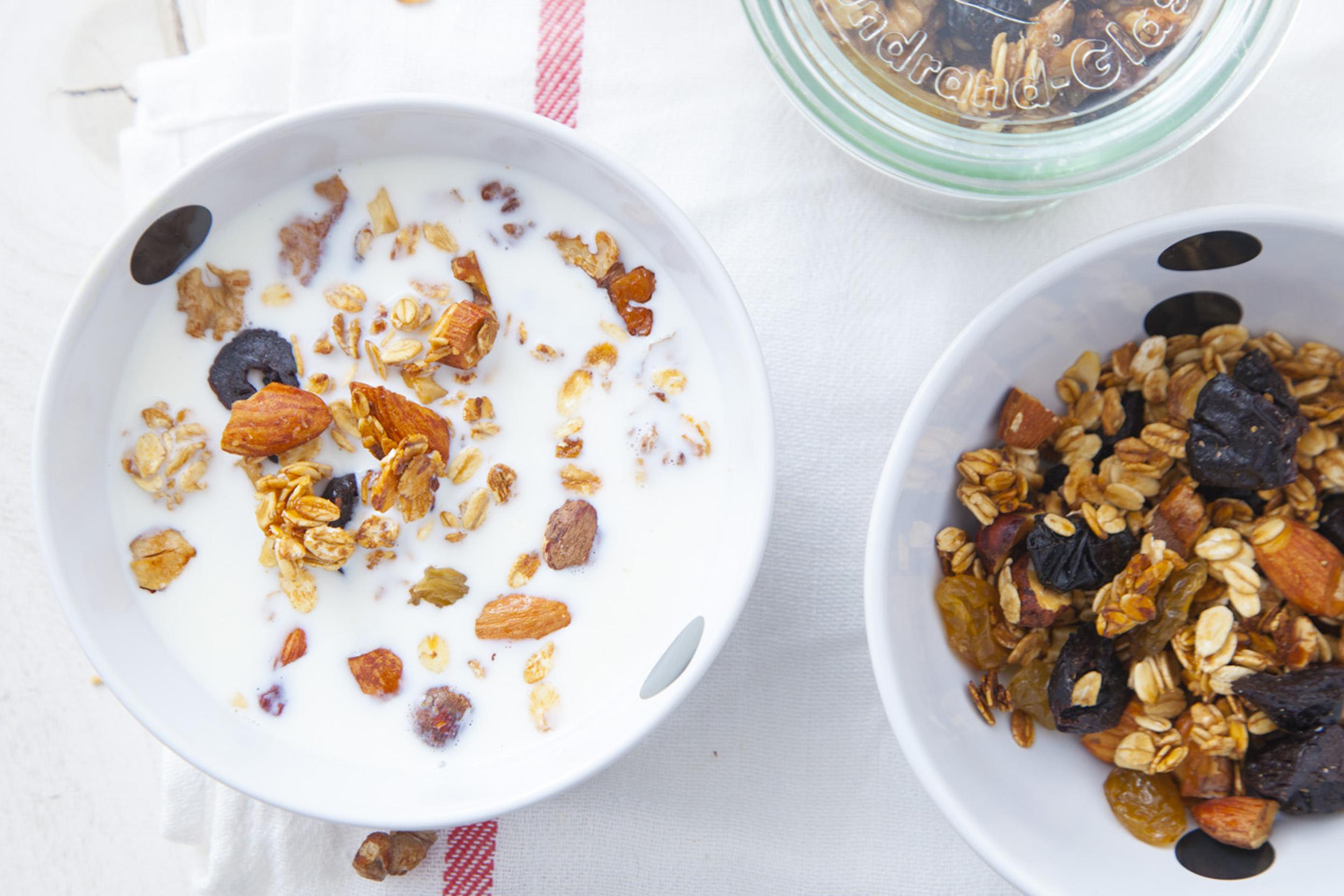 Domowa granola z suszonymi śliwkami