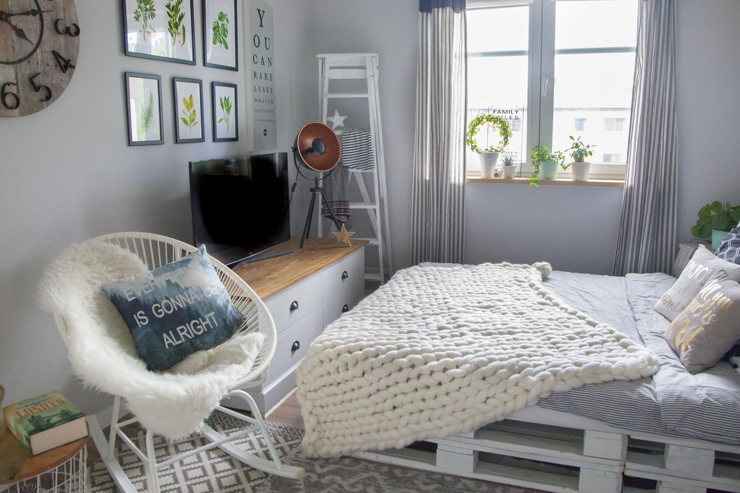 Łóżko z palet w sypialni z motywem botanicznym