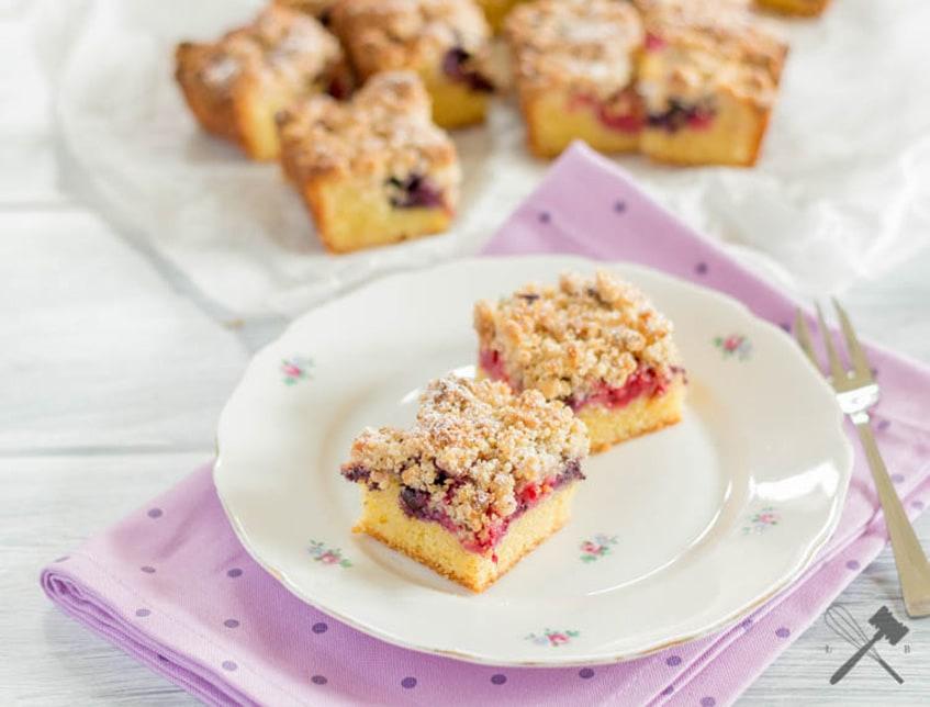 Beerenkuchen mit Haselnussstreusel