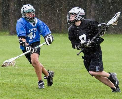 youth lacrosse run with eyes up