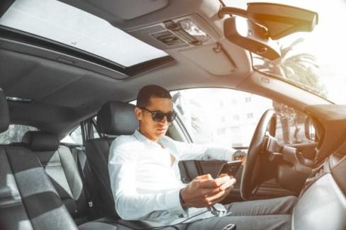 chocan conduciendo por mirar sus celulares