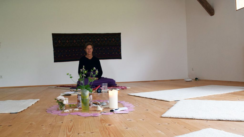 Gudrun Inreiter in ihrem Yogaraum