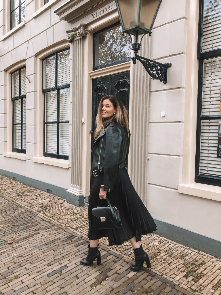 Black pleated skirt   Layla Rosita   www.laylarosita.com   #ootd #fashion #pleated #skirt #fall #fallfashion #2019