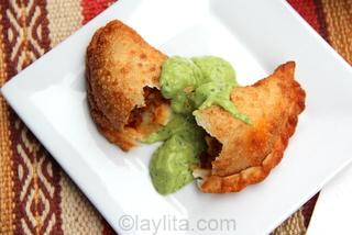 10- Empanadas de chorizo con salsa de aguacate