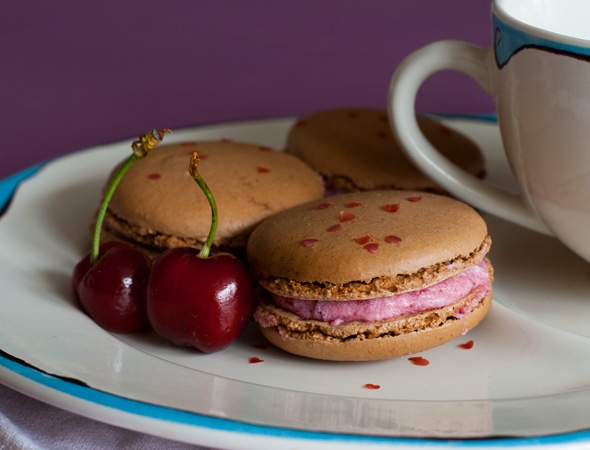 chocolate-macaroons-with-cherry-buttercream-1755376