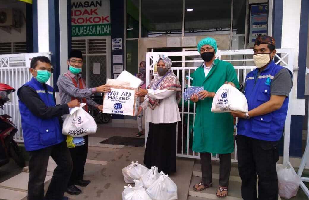 Pembina Yayasan LAZDAI Lampung serahkan langsung bantuan APD kepada Puskesmas Rajabasa