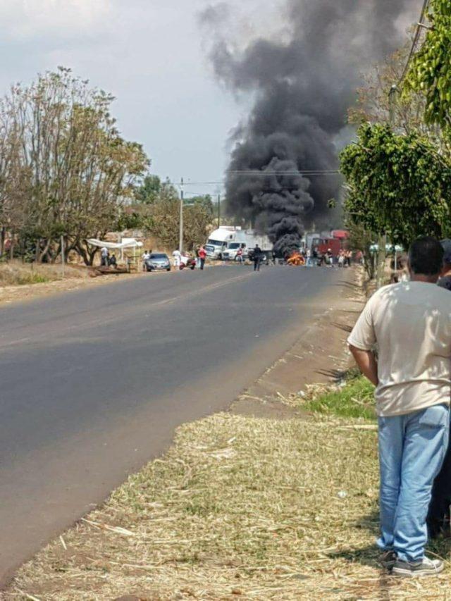 Bloquean carretera Los Reyes-Peribán